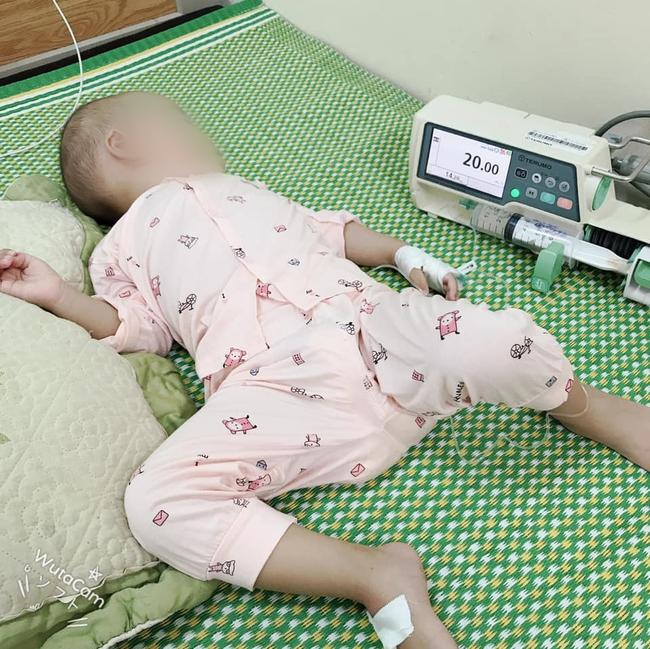 """Con bị viêm phổi nằm viện 16 ngày chưa đỡ, mẹ Hải Phỏng rút ra bài học xương máu """"Đừng bao giờ tiếc tiền tiêm chủng cho con"""" - Ảnh 1."""