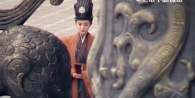 """Lộ ảnh mặc triều phục sắc nét của Dương Mịch, giả trai đẹp hơn hẳn """"Tam sinh tam thế Thập lý đào hoa""""  - Ảnh 5."""