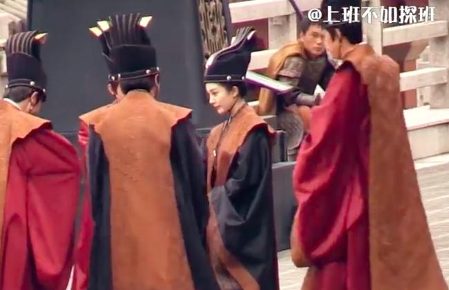 """Lộ ảnh mặc triều phục sắc nét của Dương Mịch, giả trai đẹp hơn hẳn """"Tam sinh tam thế Thập lý đào hoa""""  - Ảnh 4."""