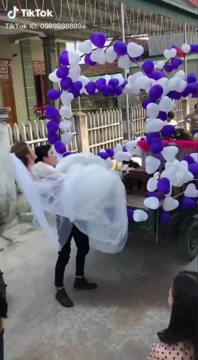 """Đứng ngẩn người trước chiếc xe """"mui trần"""" độc đáo, cô dâu sau đó đổi sắc mặt nhờ một hành động bất ngờ của chú rể ở phút chót - Ảnh 3."""