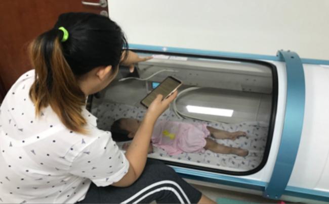 Bến Tre: Thương tâm bé gái 9 tháng tuổi bị điện giật bỏng nặng đến hôn mê khi đang tập đi trên xe nôi - Ảnh 3.