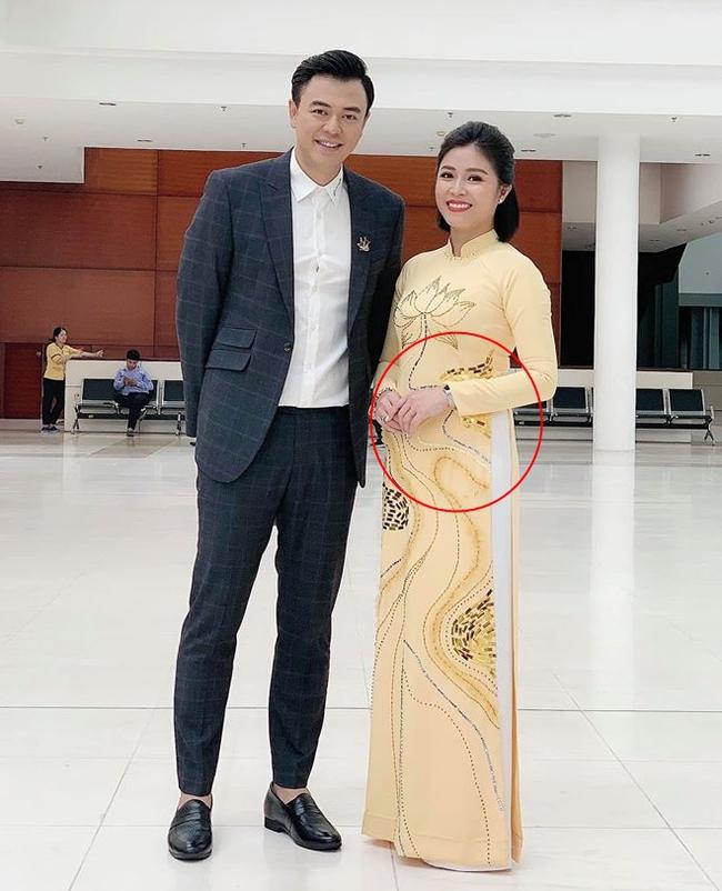 Lộ ảnh bụng to bất thường, MC Hoàng Linh bị nghi đã có tin vui sau khi tái hôn với đồng nghiệp VTV  - Ảnh 1.