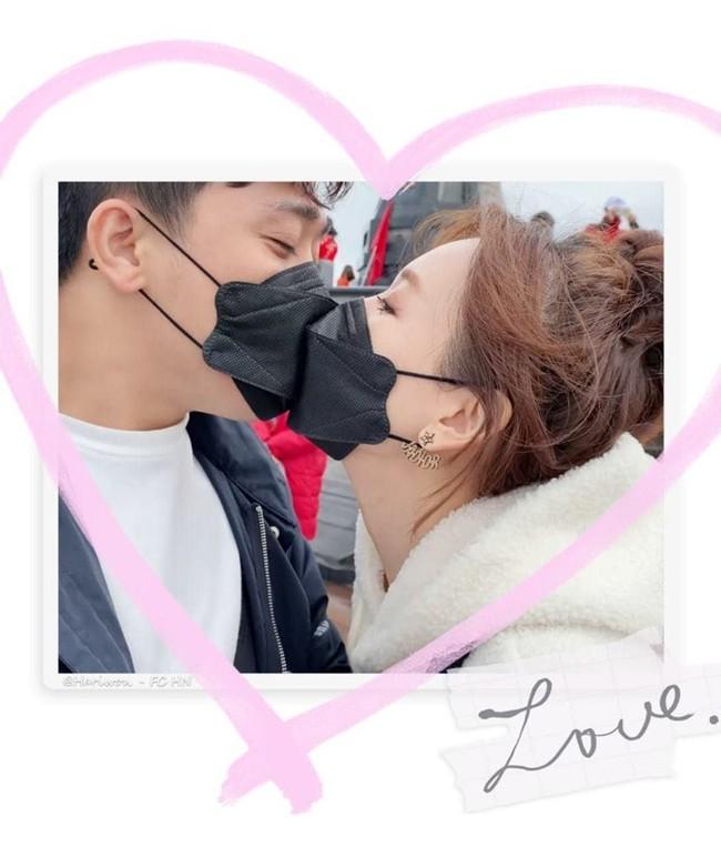 Hari Won up ảnh đeo khẩu trang khóa môi Trấn Thành. Cô không quên nói: Đi đâu cũng mang theo khẩu trang nhé cả nhà!.