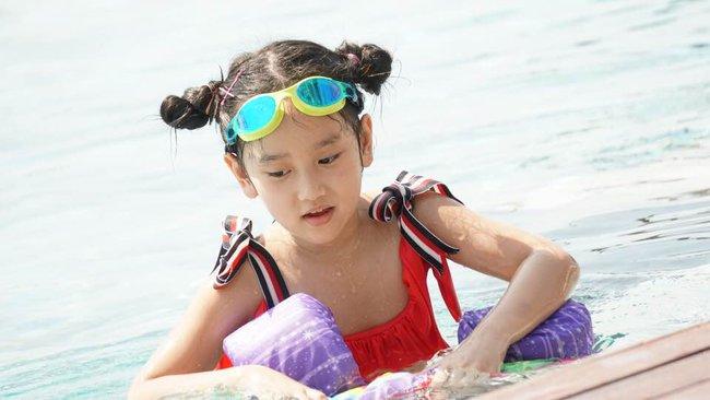 Ngỡ ngàng vì em gái cùng cha khác mẹ của Hà Anh xinh như thiên thần, mới 7 tuổi đã được dự đoán sẽ thành siêu mẫu như chị - Ảnh 8.