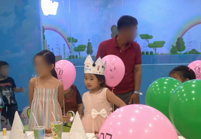 Hình ảnh hiếm của con gái Mai Phương sau 5 tháng mẹ qua đời: Biểu cảm gây chú ý trong tiệc sinh nhật 7 tuổi - Ảnh 3.