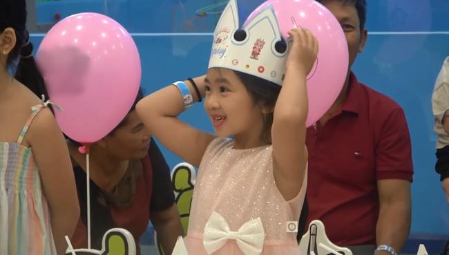 Hình ảnh hiếm của con gái Mai Phương sau 5 tháng mẹ qua đời: Biểu cảm gây chú ý trong tiệc sinh nhật 7 tuổi - Ảnh 2.