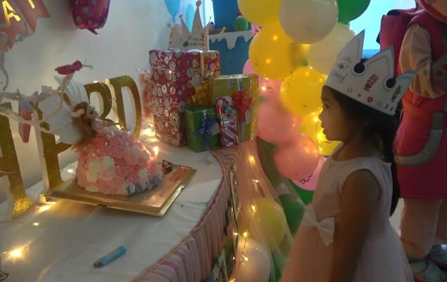 Hình ảnh hiếm của con gái Mai Phương sau 5 tháng mẹ qua đời: Biểu cảm gây chú ý trong tiệc sinh nhật 7 tuổi - Ảnh 4.