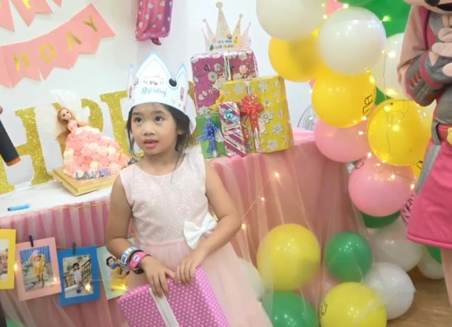 Hình ảnh hiếm của con gái Mai Phương sau 5 tháng mẹ qua đời: Biểu cảm gây chú ý trong tiệc sinh nhật 7 tuổi - Ảnh 5.