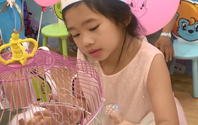 Hình ảnh hiếm của con gái Mai Phương sau 5 tháng mẹ qua đời: Biểu cảm gây chú ý trong tiệc sinh nhật 7 tuổi - Ảnh 6.