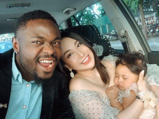 Những cặp mẹ Việt lấy chồng châu Phi sinh con ra ai nhìn màu da cũng ngỡ ngàng, có nhà 3 con 3 màu da khác nhau - Ảnh 1.