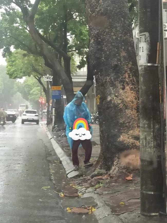 Góc ý thức: Người đàn ông đứng dưới cơn mưa tầm tã giữa phố cổ nhưng lại có hành động khiến nhiều người phải đỏ mặt - Ảnh 1.