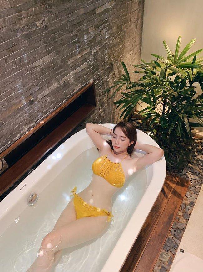 """Quỳnh Nga chia sẻ: """"Ở nhà ngâm bồn tắm thôi""""."""