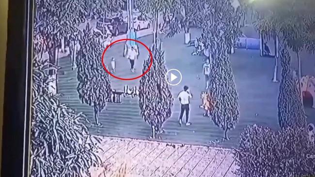 Xuất hiện clip ghi lại hình ảnh bé trai mất tích ở Bắc Ninh bị người phụ nữ lạ mặt dụ dỗ đi theo - Ảnh 2.