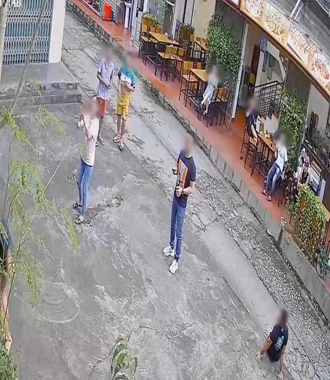 Đoàn khách du lịch đánh đu trên cây đu đủ, nhưng thái độ khi làm cây đổ rạp xuống đường mới khiến dân tình phẫn nộ - Ảnh 2.
