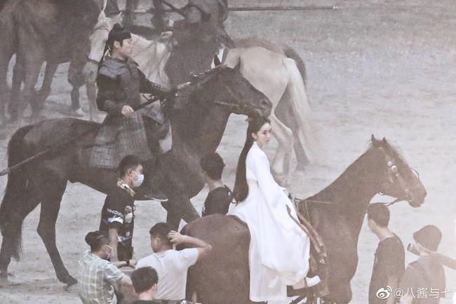 """Lộ tạo hình mỹ nữ áo trắng của Dương Mịch, cả bầu trời thanh xuân """"Tam sinh tam thế Thập lý đào hoa"""" ùa về  - Ảnh 3."""