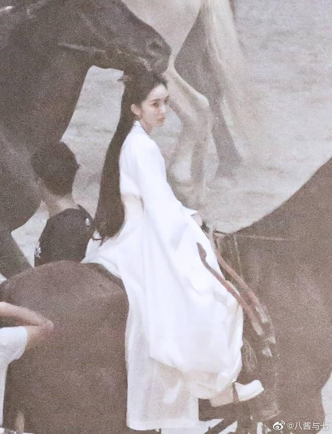 """Lộ tạo hình mỹ nữ áo trắng của Dương Mịch, cả bầu trời thanh xuân """"Tam sinh tam thế Thập lý đào hoa"""" ùa về  - Ảnh 4."""