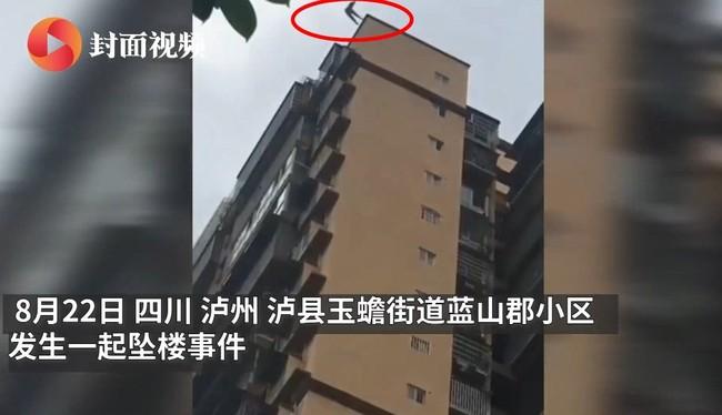 Thảm kịch của một gia đình: Nữ sinh 15 tuổi tự tử bằng cách nhảy từ tầng 25, người bố cố gắng níu con lại cũng bị rơi theo - Ảnh 1.