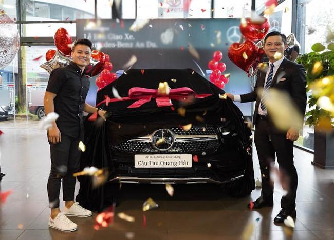 """Quang Hải đưa Huỳnh Anh đi chơi trên xe Mercedes 2,4 tỷ, dân tình thích thú nhắc khéo nên """"đi dạo"""" Hồ Tây  - Ảnh 3."""