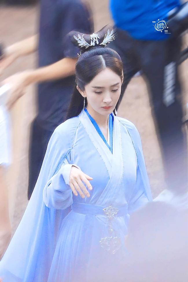 Vừa làm mỹ nữ cổ trang đẹp mê đắm, Dương Mịch đã mặc áo blouse trắng hóa bác sĩ  - Ảnh 4.