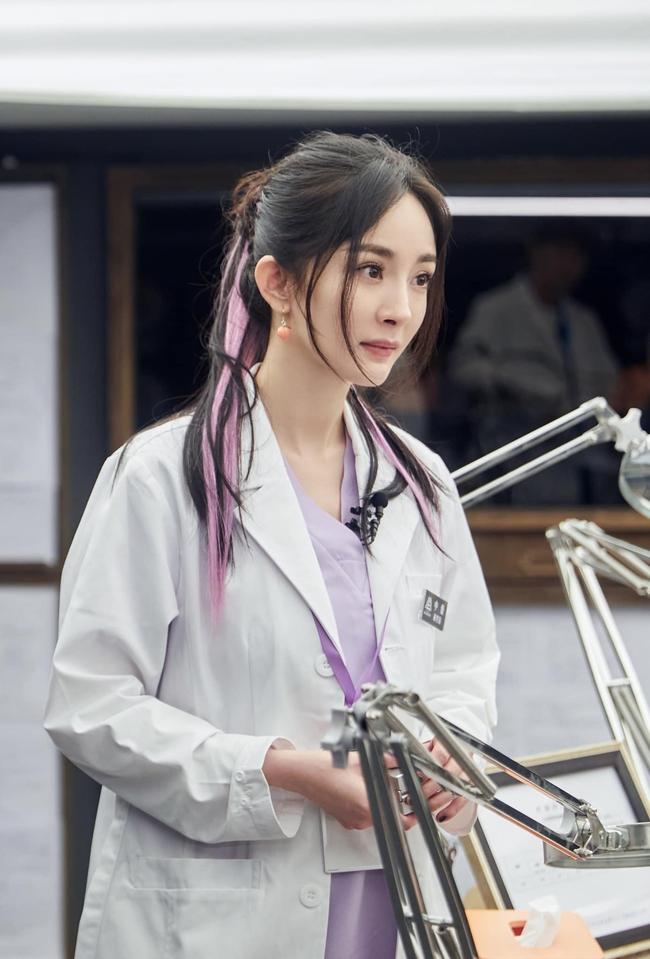 Vừa làm mỹ nữ cổ trang đẹp mê đắm, Dương Mịch đã mặc áo blouse trắng hóa bác sĩ  - Ảnh 10.