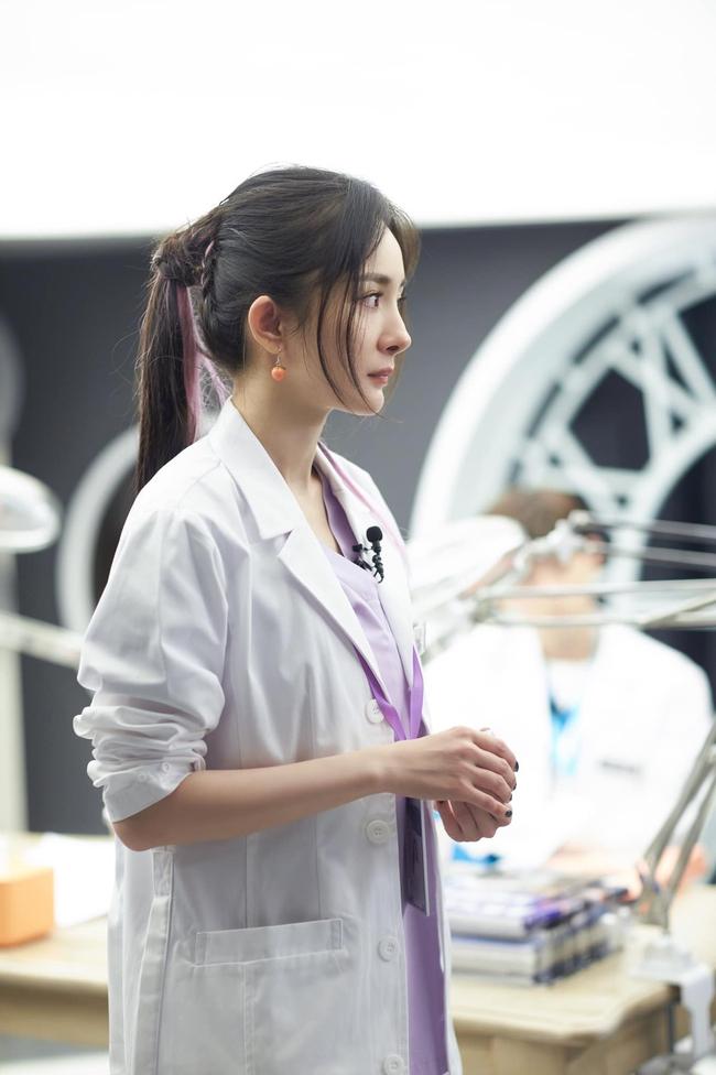 Vừa làm mỹ nữ cổ trang đẹp mê đắm, Dương Mịch đã mặc áo blouse trắng hóa bác sĩ  - Ảnh 9.