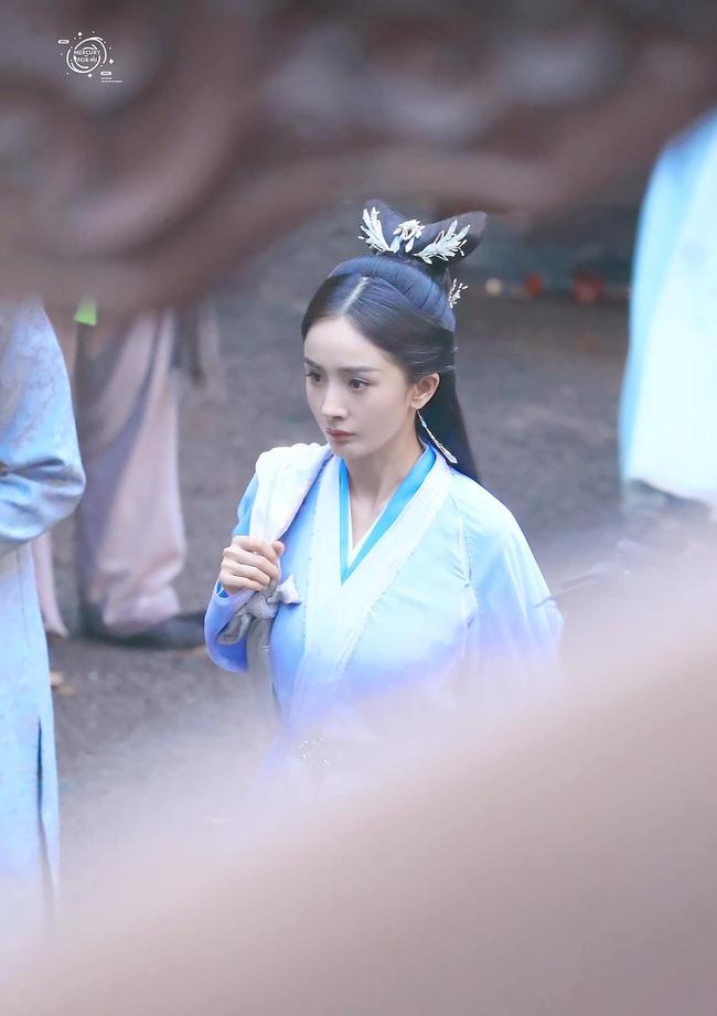 Vừa làm mỹ nữ cổ trang đẹp mê đắm, Dương Mịch đã mặc áo blouse trắng hóa bác sĩ  - Ảnh 2.