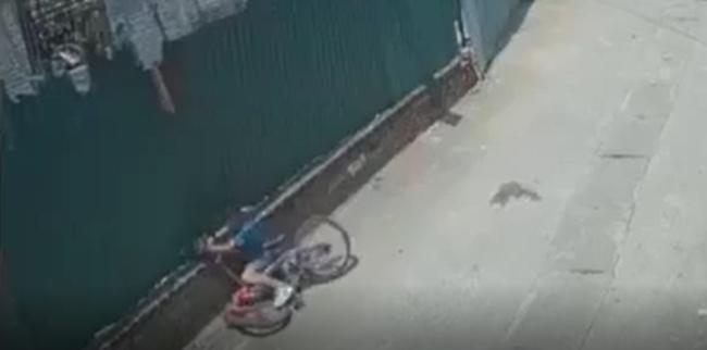 Pha bẻ lái âm thầm đâm sầm vào tường của biker nhí làm siêu xe rụng rời từng bộ phận khiến cư dân mạng không nhịn được cười - Ảnh 2.