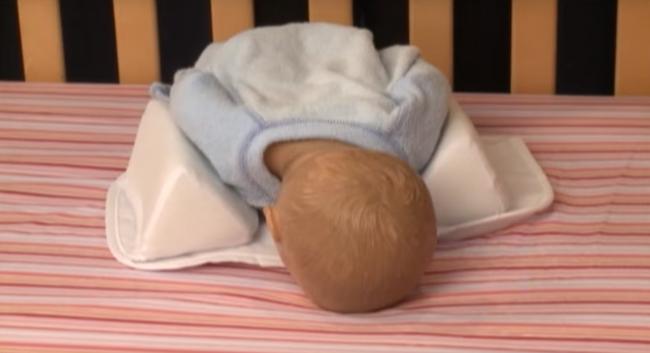 Mẹ nào lúc mua đồ sơ sinh cũng sắm gối chặn cho bé nhưng đến 90% các mẹ đã dùng sai cách rồi! - Ảnh 4.