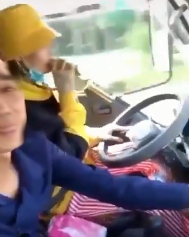 Clip: Cô gái trẻ thể hiện tài năng vừa lái xe trọng tải lớn vừa... hát karaoke khiến nhiều người lên án gay gắt - Ảnh 3.