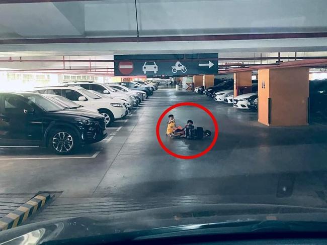 Chuyện ở chung cư: Bác tài toát mồ hôi khi đang lao dốc trong hầm để ô tô thì bất ngờ xuất hiện 3 bé trai đạp xe ngã giữa đường - Ảnh 1.