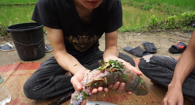 Kinh hãi chứng kiến cảnh các YouTuber ăn cá sống to bằng bắp chân, nhưng giới thiệu là đặc sản Tây Bắc khiến dân tình phẫn nộ - Ảnh 1.