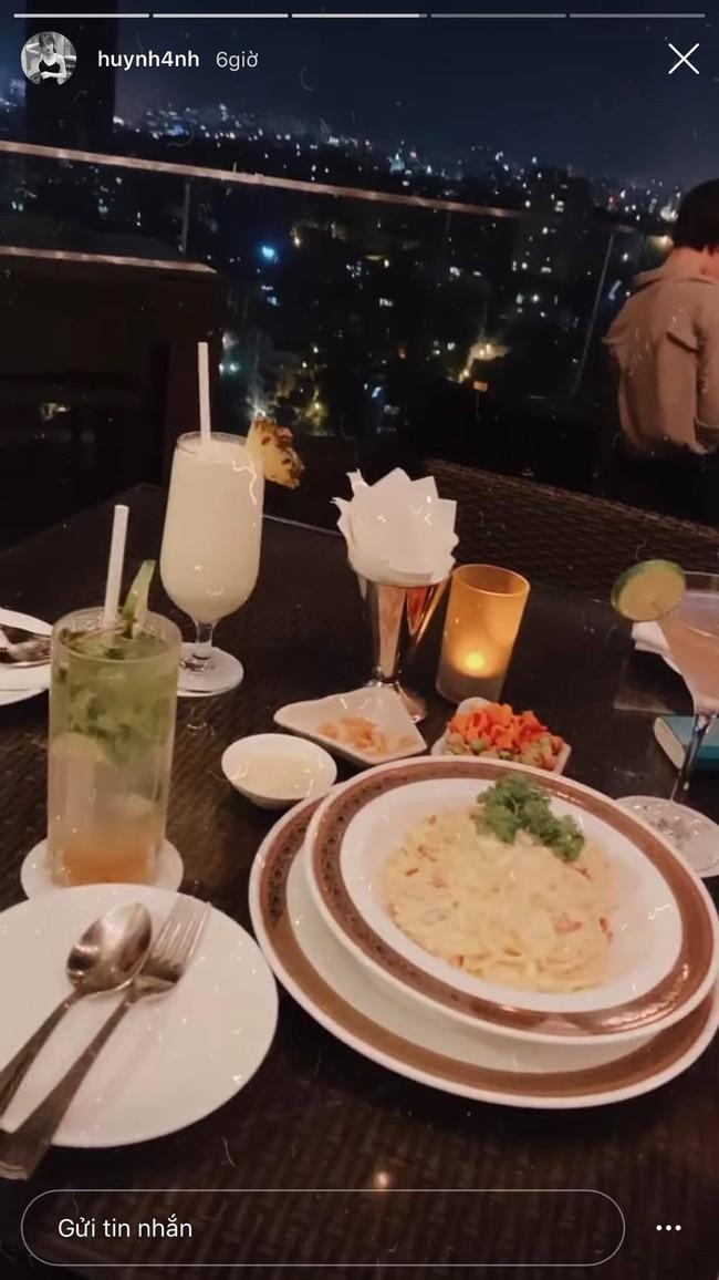 Hot girl Huỳnh Anh xuất hiện trở lại với bữa tối lãng mạn, fan xôn xao tưởng tái hợp với Quang Hải - Ảnh 1.