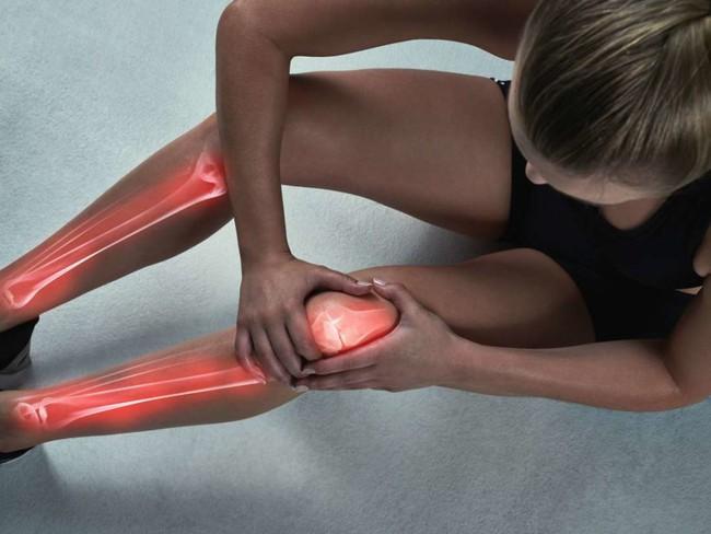 Những thói quen rất nhiều người mắc phải làm phá hủy sức khỏe xương khớp - Ảnh 3.