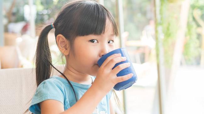 Có một thứ thức uống rất tốt, chỉ xếp sau sữa mẹ nhưng hầu hết trẻ lại không uống đủ lượng cần thiết mỗi ngày - Ảnh 1.