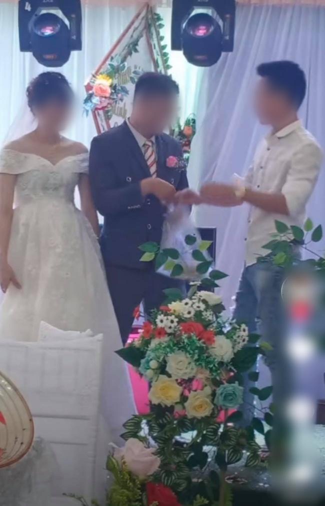 """Chú rể lấy túi ni lông trong túi áo giũ ngay trên sân khấu hôn lễ, hành động sau đó với một người đàn ông gây bất ngờ nhưng chi tiết cuối mới """"ăn điểm"""" - Ảnh 2."""