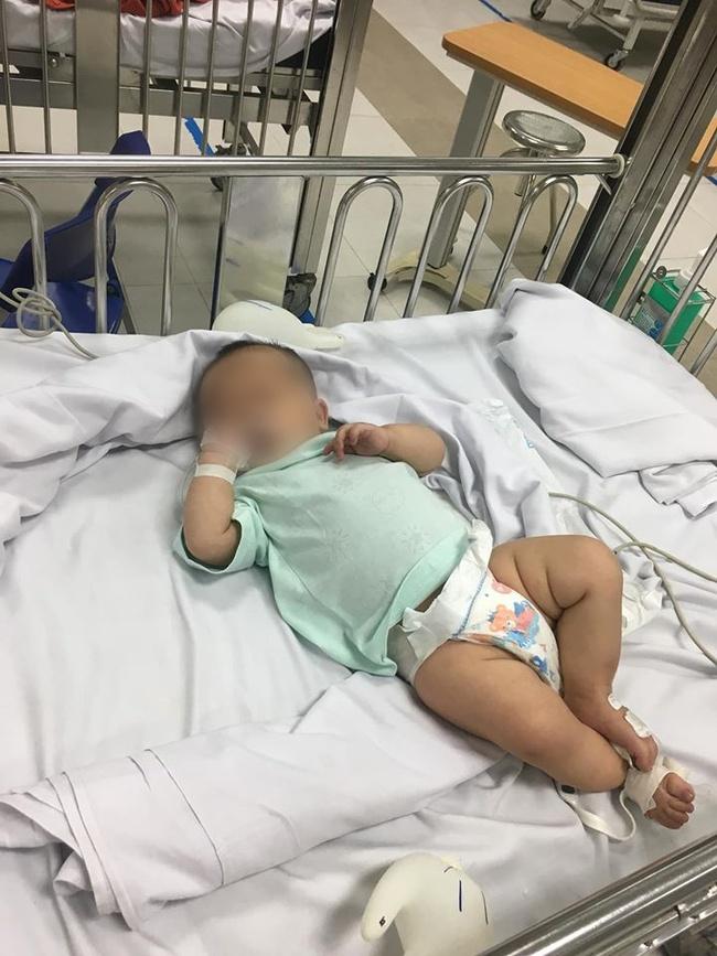 Hà Nội: Xót xa bé gái được bố mẹ đưa đến bệnh viện cấp cứu rồi bỏ đi mất tích - Ảnh 1.