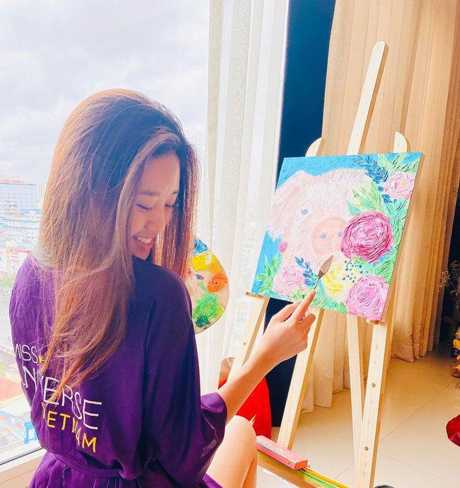 Khánh Vân tận hưởng thú vui vẽ tranh tại nhà.