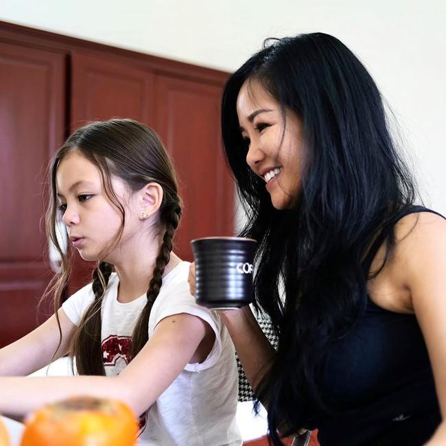 Hồng Nhung ngồi học cùng con gái trong khu cách ly.