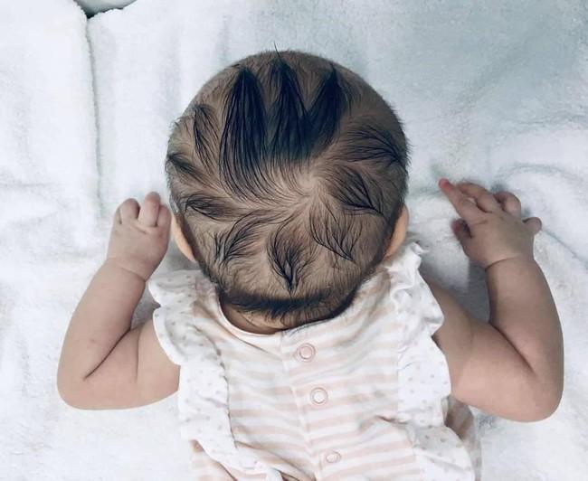 """Có mấy cọng tóc mà bé gái suốt ngày bị mẹ mang ra tạo kiểu, nhưng thành quả thì cũng rất """"ra gì và này nọ"""" - Ảnh 1."""