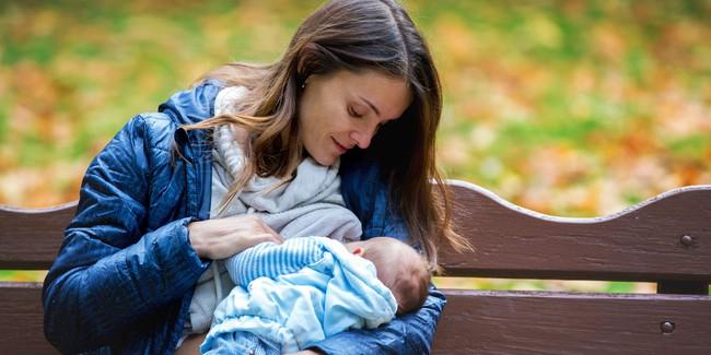"""Cậu bé dù đang bú vẫn không quên chăm sóc cho mẹ """"đốn tim"""" hàng triệu cư dân mạng - Ảnh 1."""