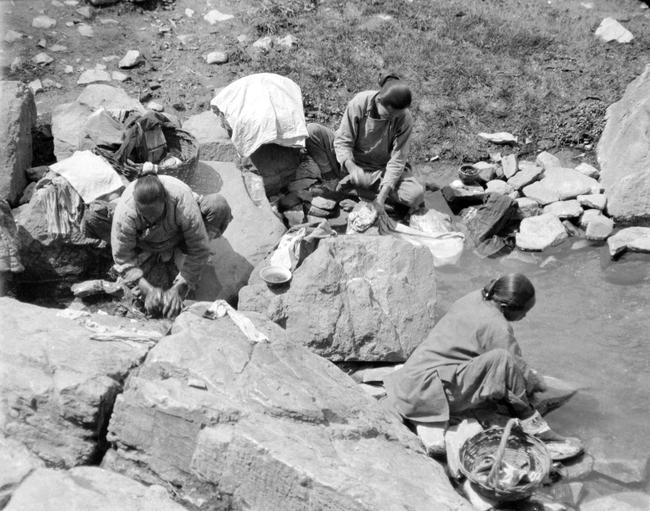 Loạt ảnh cũ về cuộc sống thường ngày của những người phụ nữ lao động tay chân ở Châu Á hơn 100 năm trước - Ảnh 8.