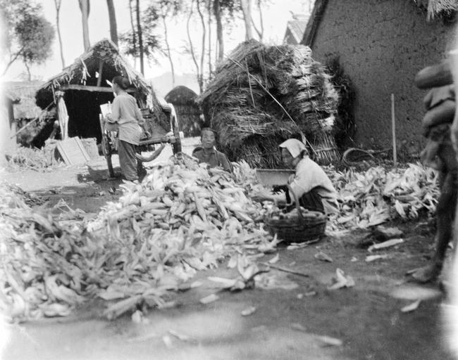 Loạt ảnh cũ về cuộc sống thường ngày của những người phụ nữ lao động tay chân ở Châu Á hơn 100 năm trước - Ảnh 7.