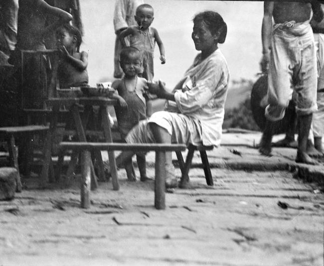 Loạt ảnh cũ về cuộc sống thường ngày của những người phụ nữ lao động tay chân ở Châu Á hơn 100 năm trước - Ảnh 2.