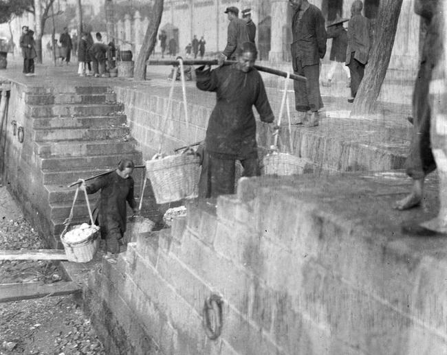 Loạt ảnh cũ về cuộc sống thường ngày của những người phụ nữ lao động tay chân ở Châu Á hơn 100 năm trước - Ảnh 3.