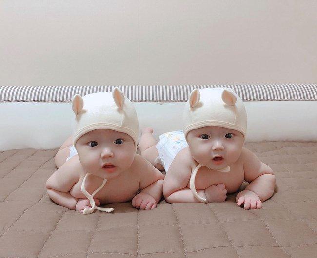 Cặp sinh đôi gây sốt vì cực kháu khỉnh, giống nhau như đúc, nhưng nhìn nhan sắc của mẹ còn bất ngờ hơn nữa - Ảnh 4.
