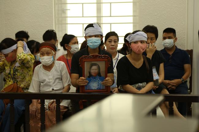 """Con gái nạn nhân bị chồng giết hại, chặt xác phi tang khóc nghẹn tại toà: """"Bị cáo giết mẹ tôi cách tàn nhẫn không gì tưởng tượng nổi"""" - Ảnh 1."""