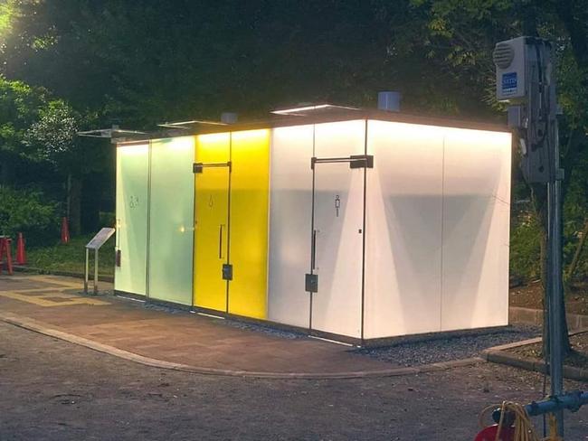 Nhà vệ sinh công cộng trong suốt ở Nhật Bản gây chú ý vì cảm biến thông minh, kính tự động đục khi có người - Ảnh 2.
