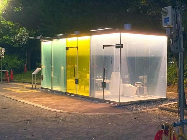 Nhà vệ sinh công cộng trong suốt ở Nhật Bản gây chú ý vì cảm biến thông minh, kính tự động đục khi có người - Ảnh 1.