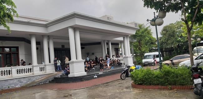 Bạn bè, người thân của các nạn nhân đang có mặt tại nhà tang lễ