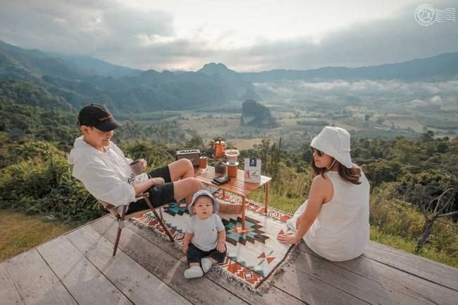 """Bộ ảnh gia đình tuyệt đẹp ngồi nhâm nhi cafe giữa không gian """"một cái chạm tay với tới mây"""" khiến ai cũng muốn xách ba lô lên và đi - Ảnh 1."""